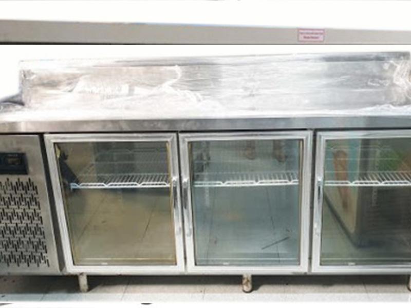 Bàn lạnh 2 kiếng 1800mm thường sử dụng cho quán bar cafe