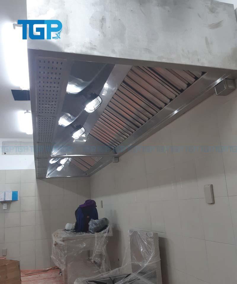 Chụp hút khói và cấp giớ tươi được lắp đặt trong khu bếp công nghiệp