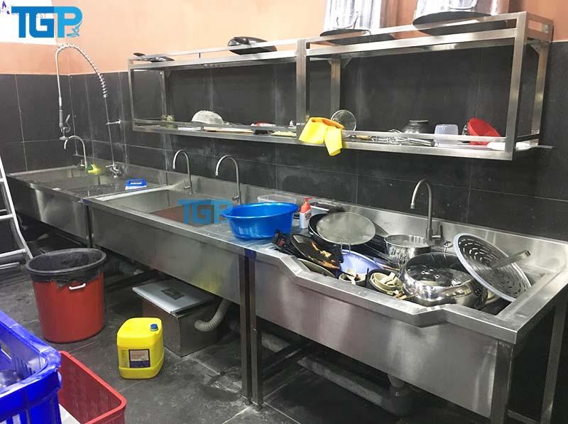Chậu rửa công nghiệp trong khu bếp công nghiệp